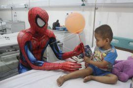 Spiderman menghibur anak