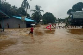 Ruas jalan Putussibau - Pontianak terputus akibat banjir