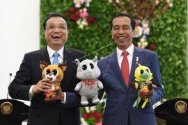 Berfoto dengan maskot Asian Games XVIII