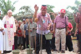 Bupati Sanggau letakkan batu pertama gereja Dusun Terentang