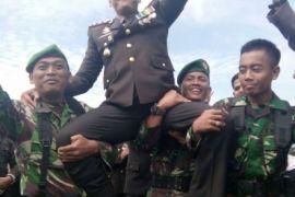 Prajurit TNI mengarak Kapolres Kapuas Hulu