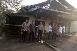 Sebuah rumah terbakar karena lupa mencabut colokan setrika