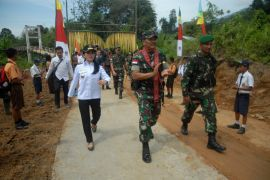 TNI-AD dan Pemkab Landak bersinergi buka isolasi Sempatung