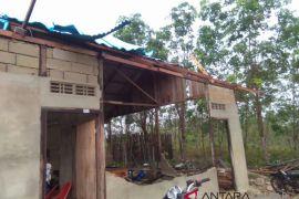 Rumah warga Bengkayang rusak dihantam puting beliung