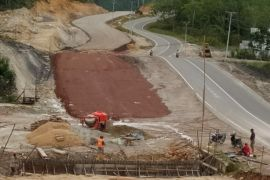 Warga perbatasan kecewa dengan pekerjaan  pelebaran jalan