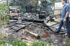Sebuah rumah hangus diduga akibat kompor gas meledak