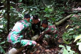 TNI perbaiki tanggul penampungan air di perbatasan