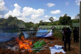 Pemusnahan barang ilegal oleh Bea Cukai Jagoi Babang