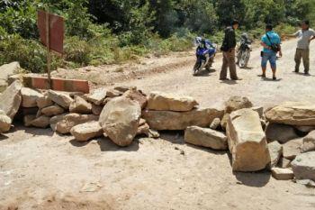 Warga perbatasan tutup akses jalan pengangkutan CPO