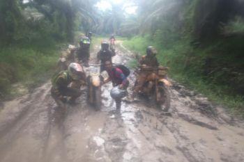 Ratusan pengendara trail menyusuri Sekadau meriahkan HUT Pemkab