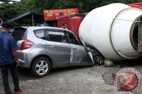 Dua orang tewas tertimpa truk molen