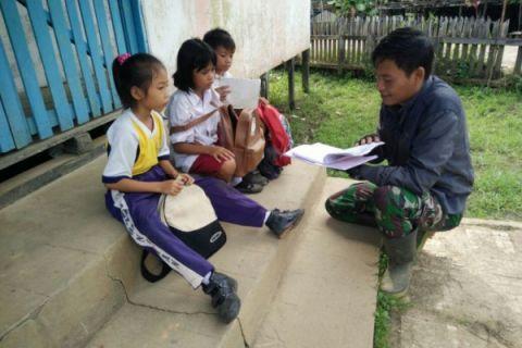 Personel TMMD Noyan ajarkan siswa membaca dan bercerita