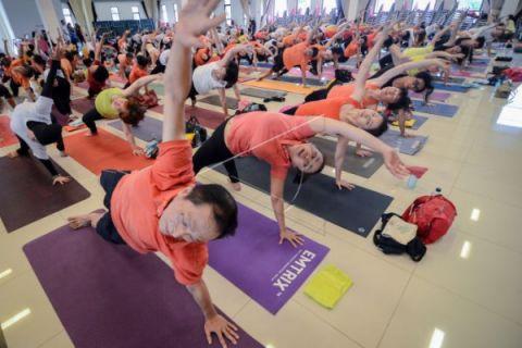 Sandra Dewi pilih yoga hindari sakit pinggang