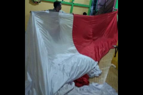 Bendera raksasa terbentang di Jembatan Kapuas Putussibau