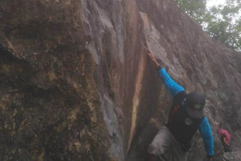 Atlet Kayong Utara berlatih di tebing batu