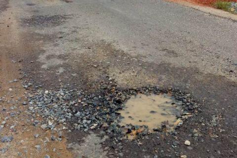 Ruas jalan Siduk - Sukadana baru ditambal kembali berlubang