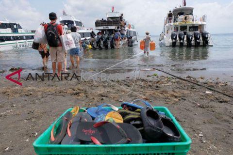 Penyeberangan ke pulau Nusa Peninda