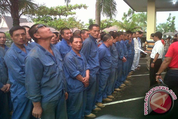 Polda Kembalikan 78 Pekerja China Ke Kamp