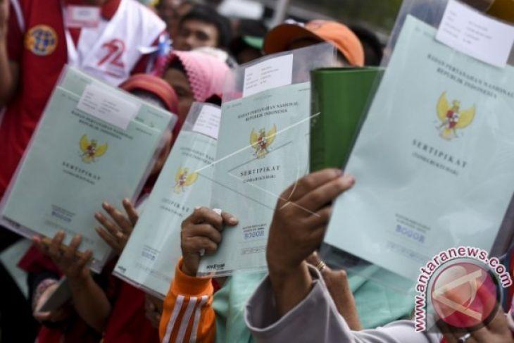 Singkawang serahkan sertifikat lahan petani eks Sambas