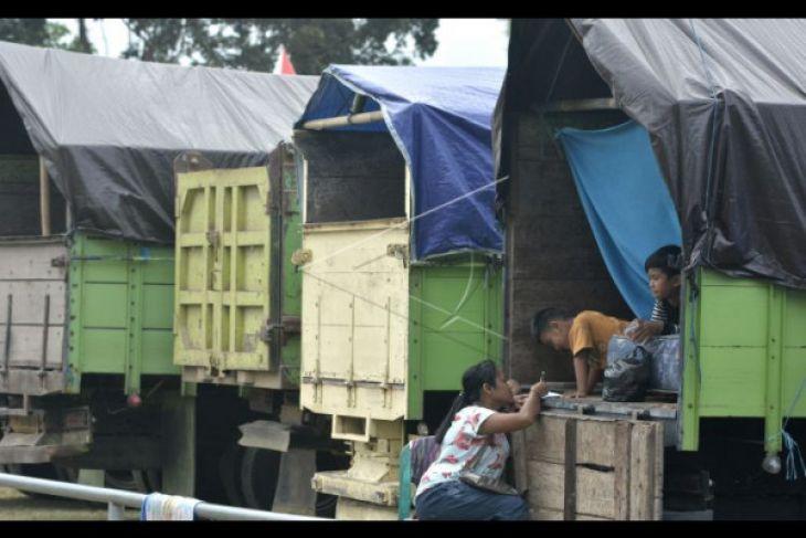 Warga Sedahan Jaya Doakan Pengungsi Erupsi Gunung Agung