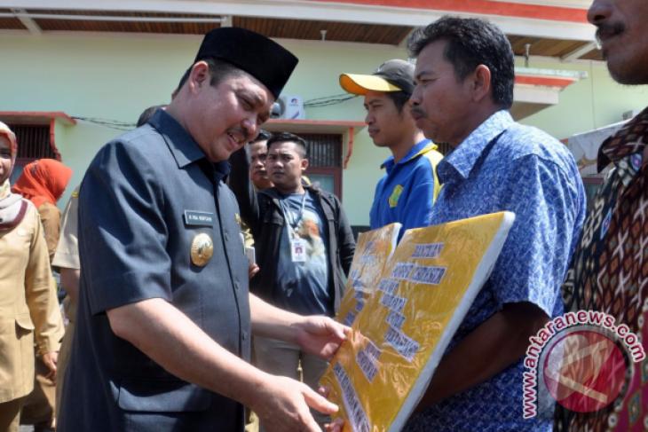 Pemkab Mempawah Salurkan Bantuan Sektor Pertanian dan Perikanan