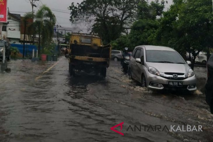 Sejumlah jalan di Pontianak tergenang air