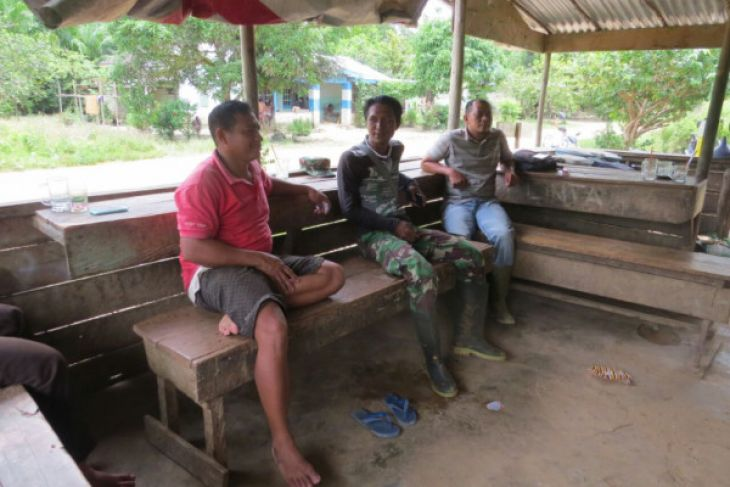 Personel TMMD Sanggau sambangi kediaman Kades Empoto