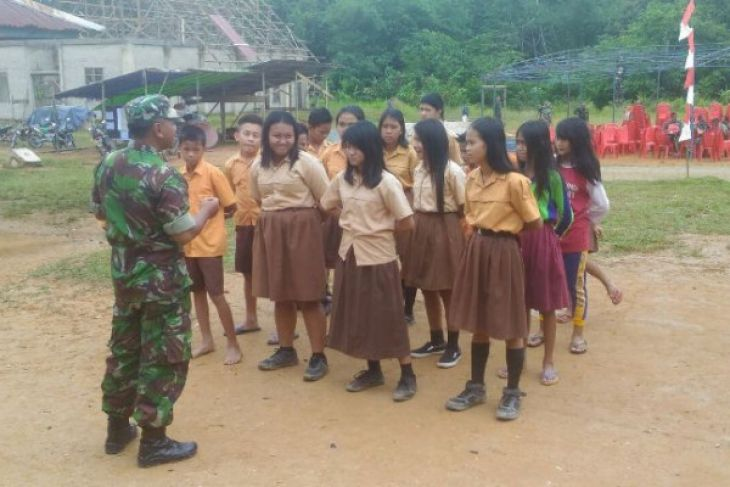 Prajurit TMMD di Noyan ajarkan siswa kepramukaan