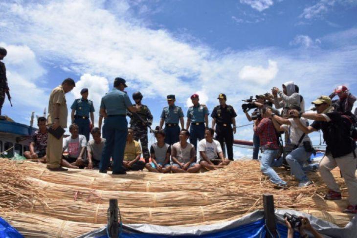 KRI Sembilang foil the smuggling of rattan to Malaysia