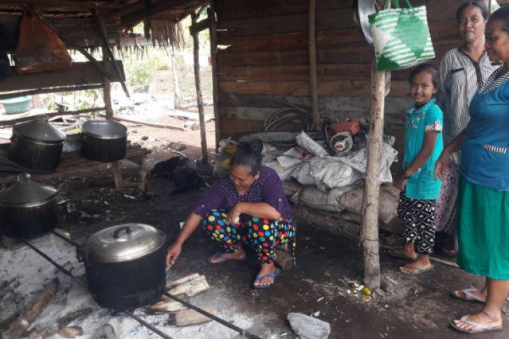 Ibu-ibu Jadi Sukarelawan Dapur TMMD ke-101 di Suko Mulyo