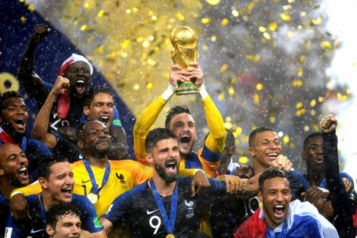 Warga Prancis melompat dan meneriakkan