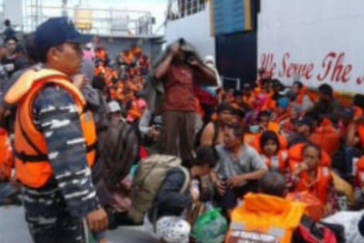 Evakuasi ratusan penumpang KMP Dharma Ferry di Ketapang