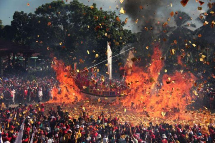 Ritual Bakar Tongkang