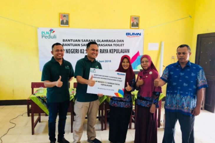 PLN Peduli salurkan bantuan fasilitas sekolah di Bengkayang