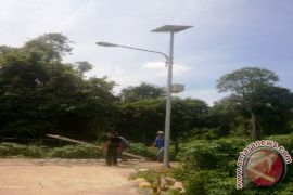 Pemkab Kotabaru bantu warga perbatasan lampu surya