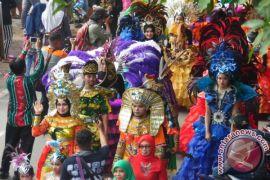 Thousand People Parade to Promote Sasirangan