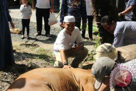 Satpolairud Bagikan Daging Kurban Ke Warga Pesisir