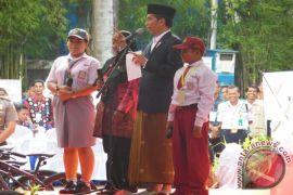 Jokowi Hadiahkan Tiga Sepeda di Banjarbaru
