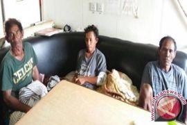 Kotabaru fisherman lost after his boat hit by waves, three survive