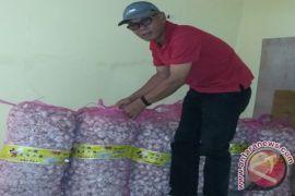 Bulog sells basic necessities in markets