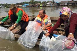 Distankan Tabur Benih Ikan Di Sungai Martapura