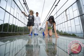 Ibnu Sina Klarifikasi Pembangunan Jembatan Berlantai Kaca