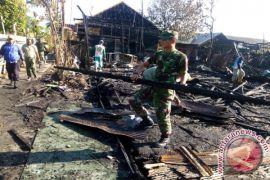 Koramil Gotong Royong Bersihkan Lokasi Kebakaran