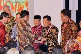 Presiden Serahkan Penghargaan Kemenkumham Kepada Bupati Tapin