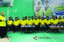 Bupati Serahkan Piala Bergilir Turnamen Tenis Meja