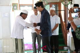 Bupati Serahkan Dana Hibah Masjid Rp500 Juta