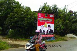 Baliho Paslon Hiasi Jalan Kabupaten