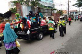 Polantas Berhentikan Mobil Angkut Peserta Festival Sasirangan
