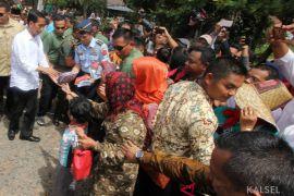 Jokowi Bagikan Buku