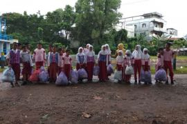Pelajar Pungut Sampah